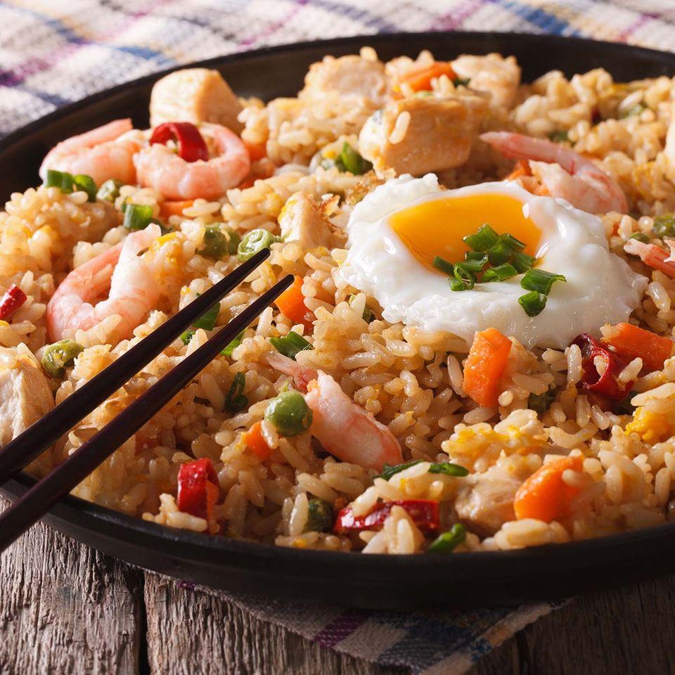 Nasi Goreng mit Garnelen und Ei
