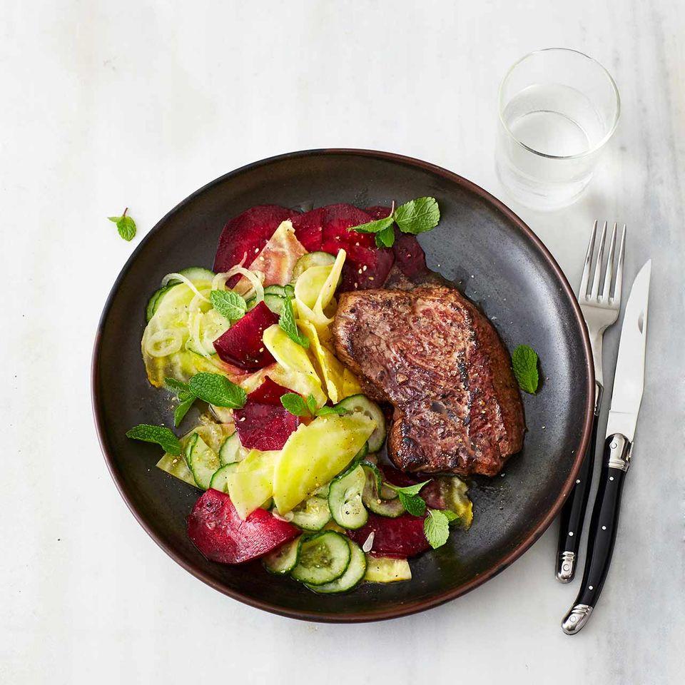 Hüftsteak mit Rote-Bete-Gurken-Salat