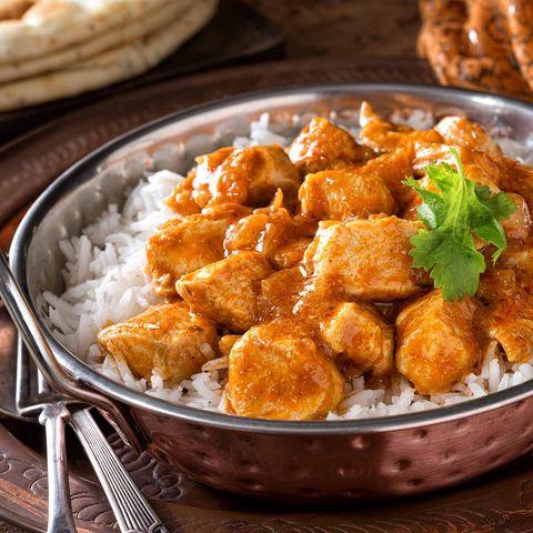 Butter Chicken auf Reis in Schale