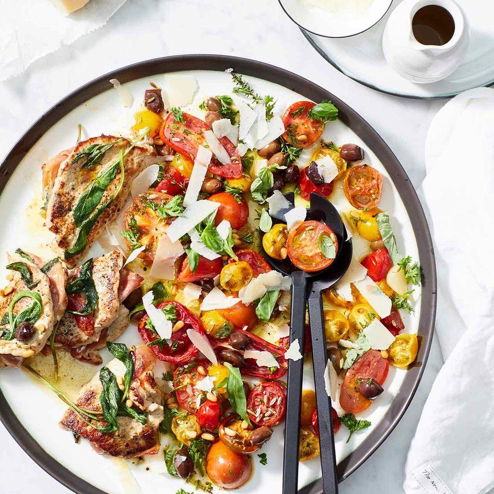 Tomatensalat mit Kalbs-Saltimbocca