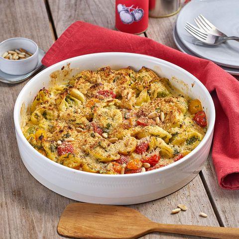 Tortellini-Auflauf mit Tomaten, Rucola und Pinienkernkruste