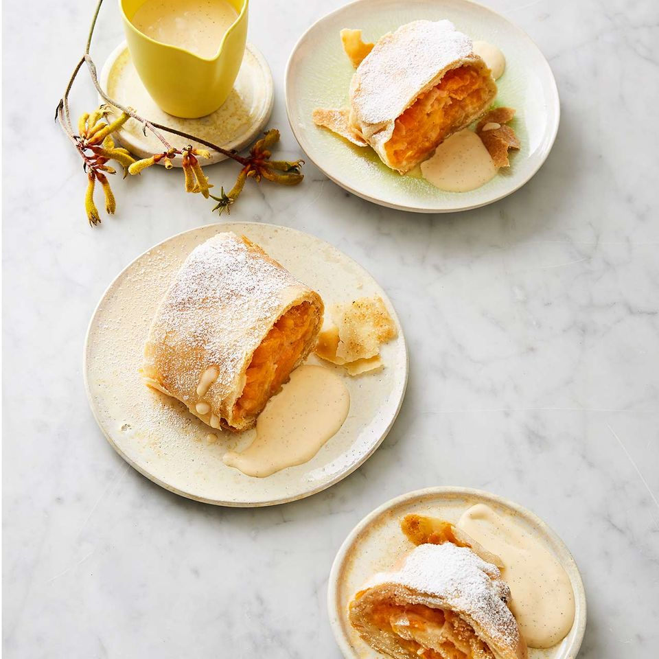 Mandel-Aprikosen-Strudel mit Vanillesauce