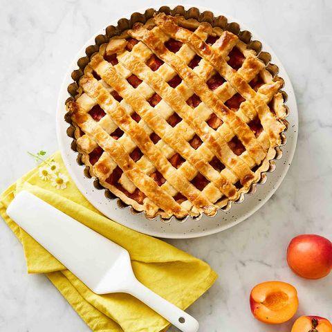 Gedeckter Aprikosen-Pie mit Himbeeren