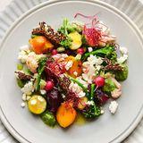 Leinsamenchips auf mariniertem Salat