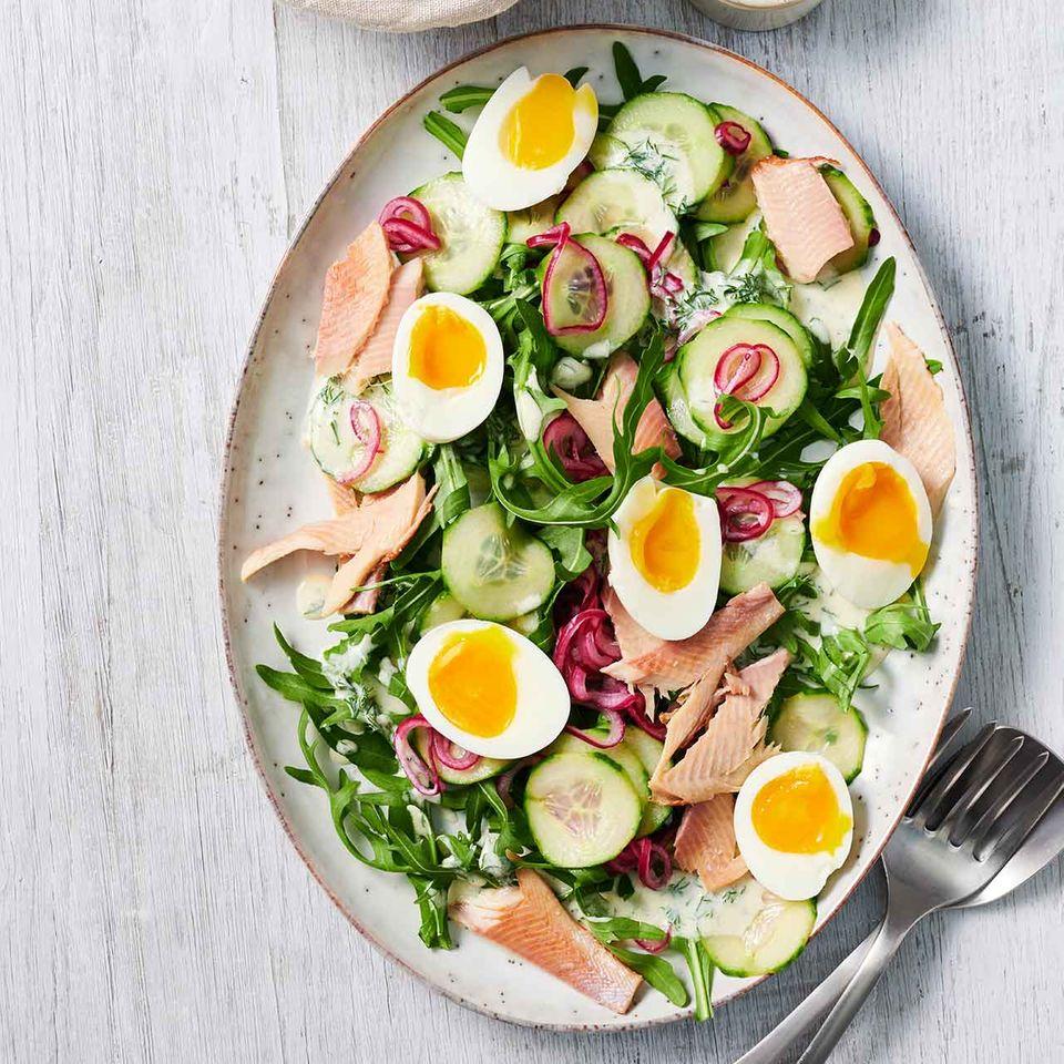 Raukesalat mit Räucherfisch und Eiern