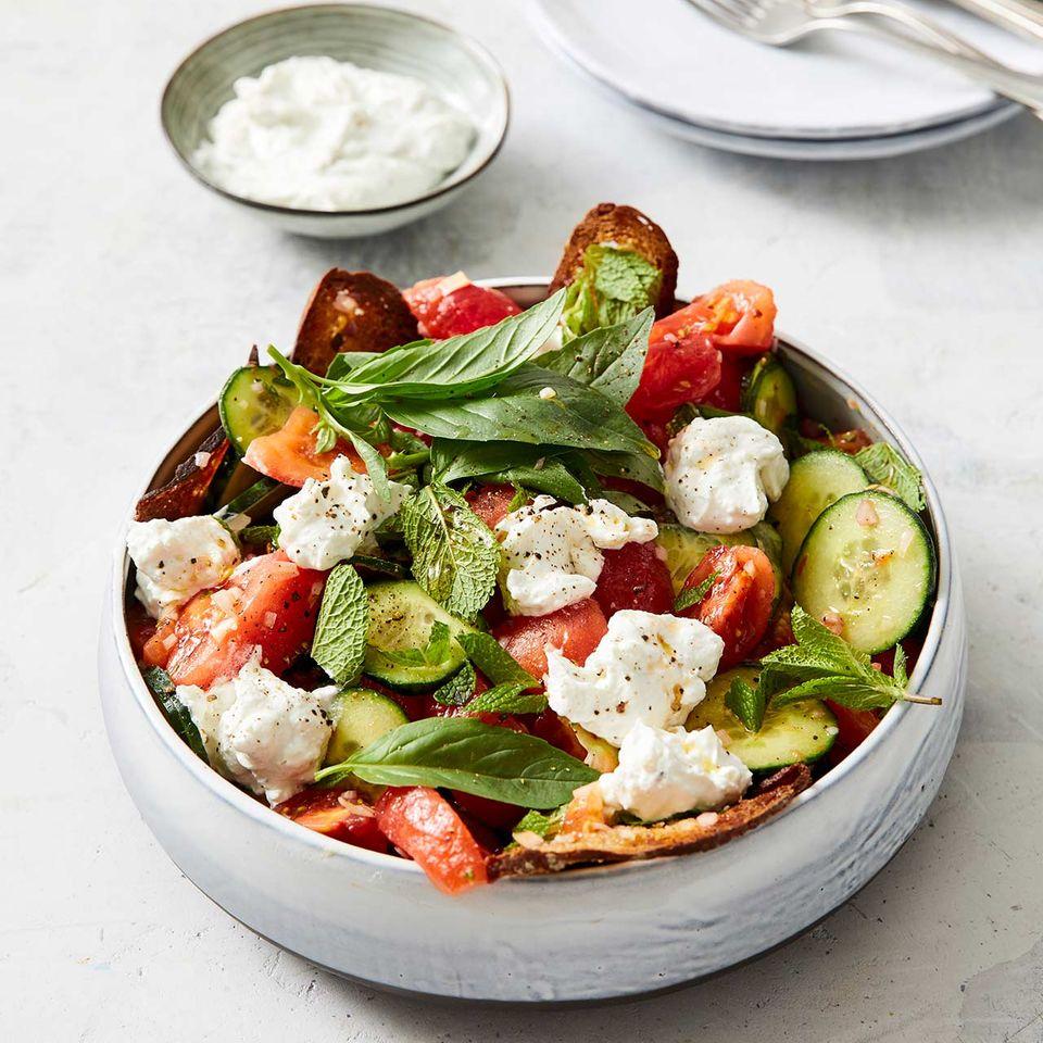 Tomaten-Brot-Salat mit Ziegenfrischkäse