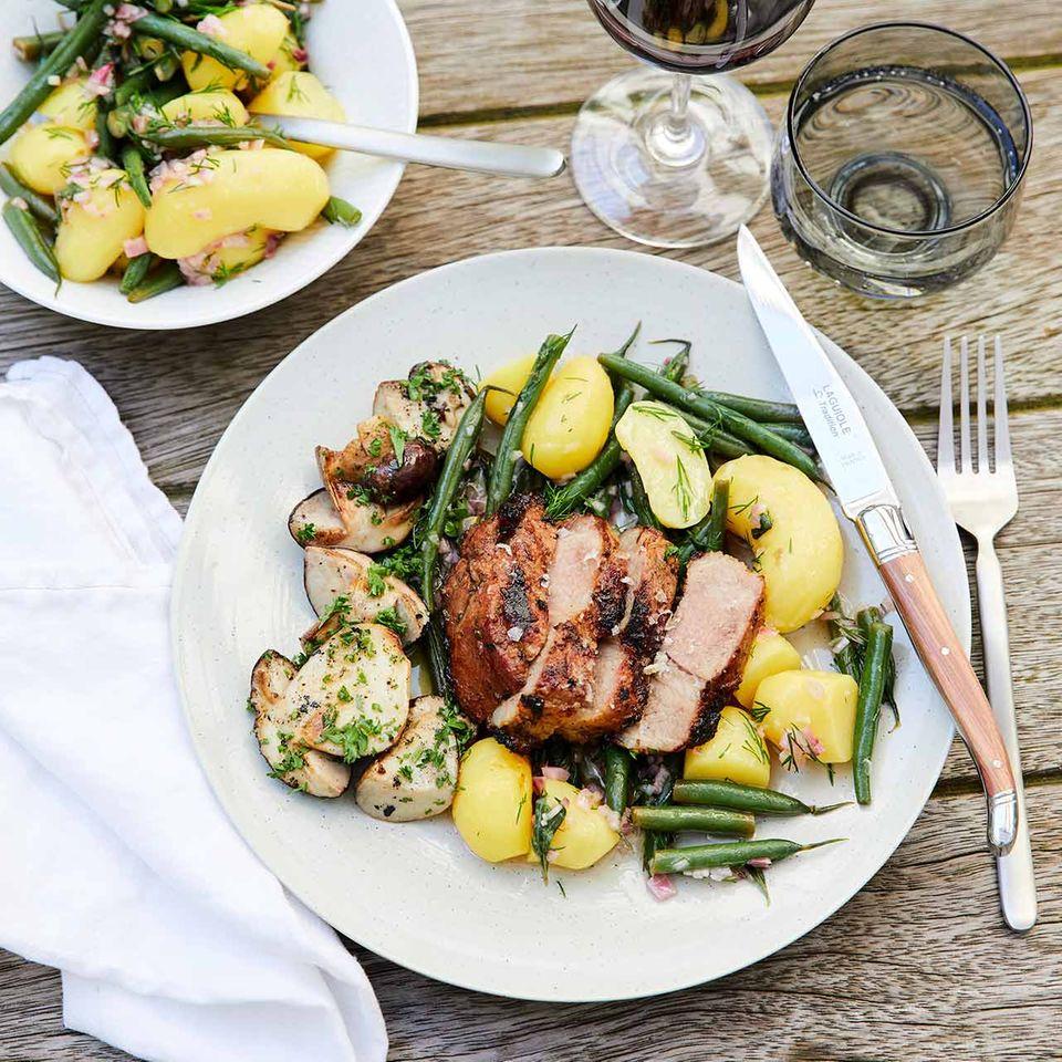 BBQ-Schweinenackensteak mit gegrillten Steinpilzen und Kartoffel-Bohnen-Salat