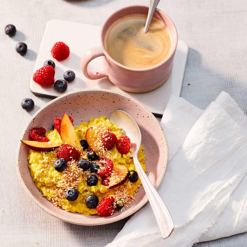 Kurkuma-Kokos-Porridge mit Obst in Schale