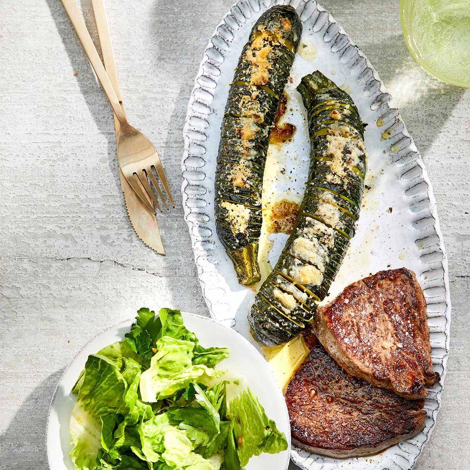 Hasselback-Zucchini mit Hüftsteaks