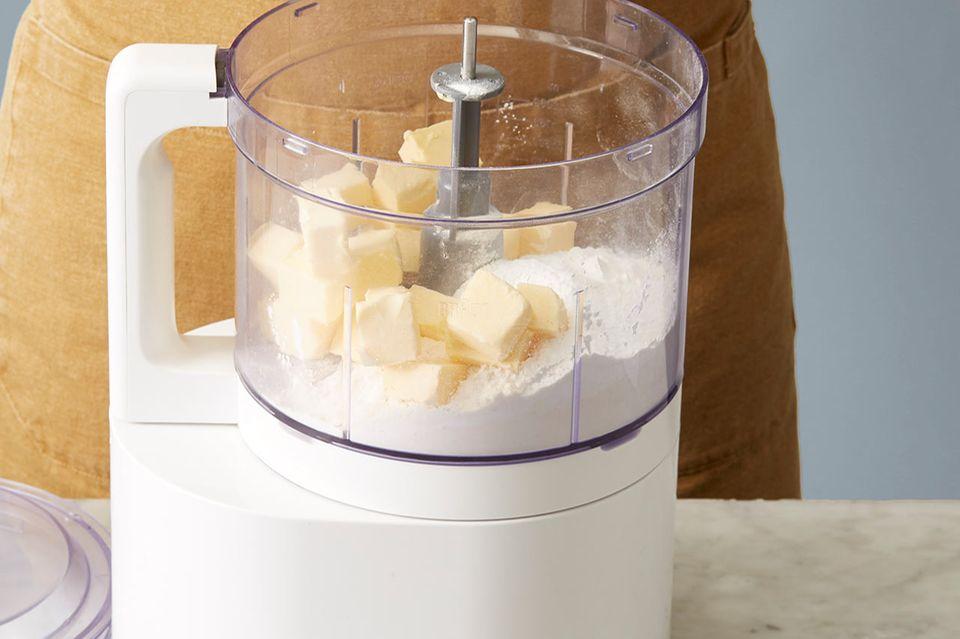 Butter, Quark und Mehl in der Küchenmaschine krümelig mixen
