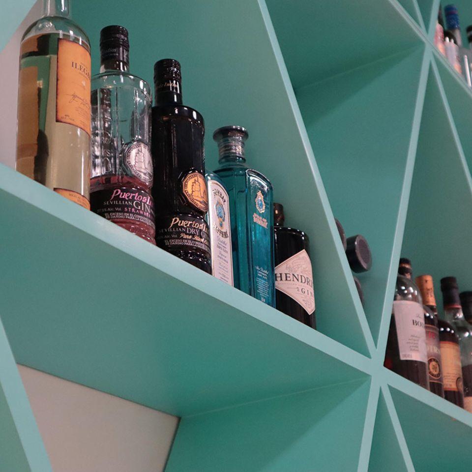 Hausbar Flaschen in blauem Regal