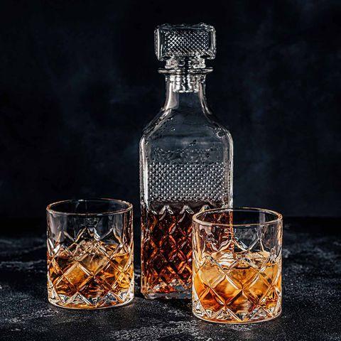 Whisky in alten Gläsern und Whiskyflasche