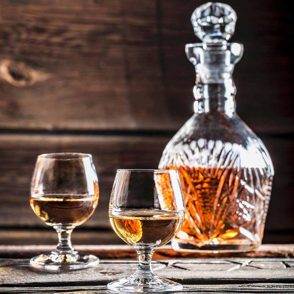 Cognac in Gläsern mit Cognacflasche