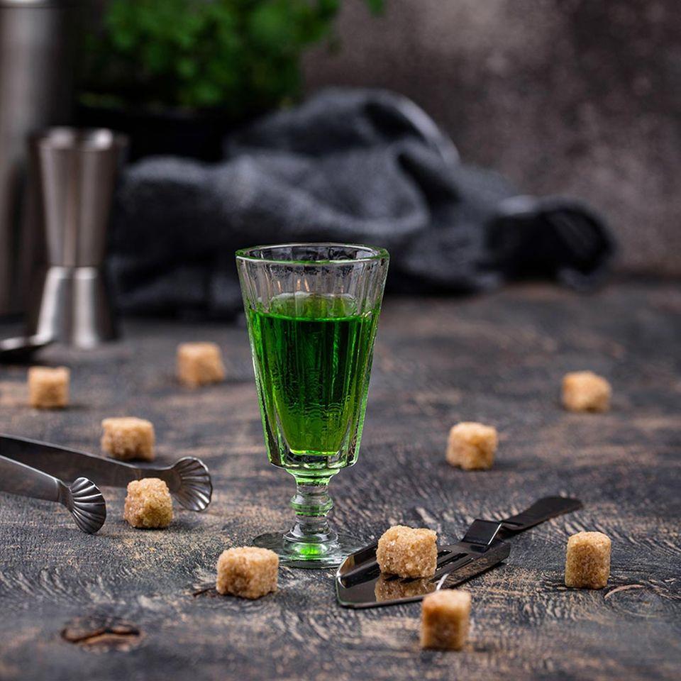 Absinth mit Würfeln aus braunem Zucker