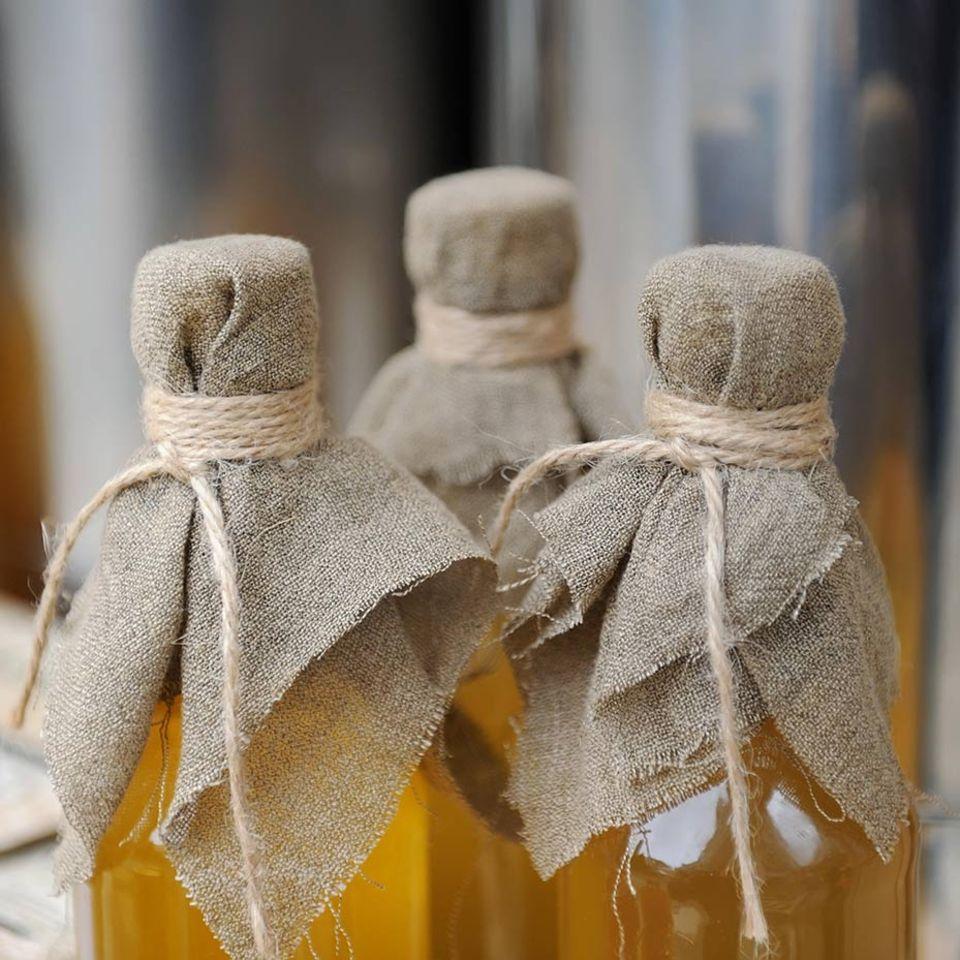 Likör in Flaschen mit Tuchverschluss