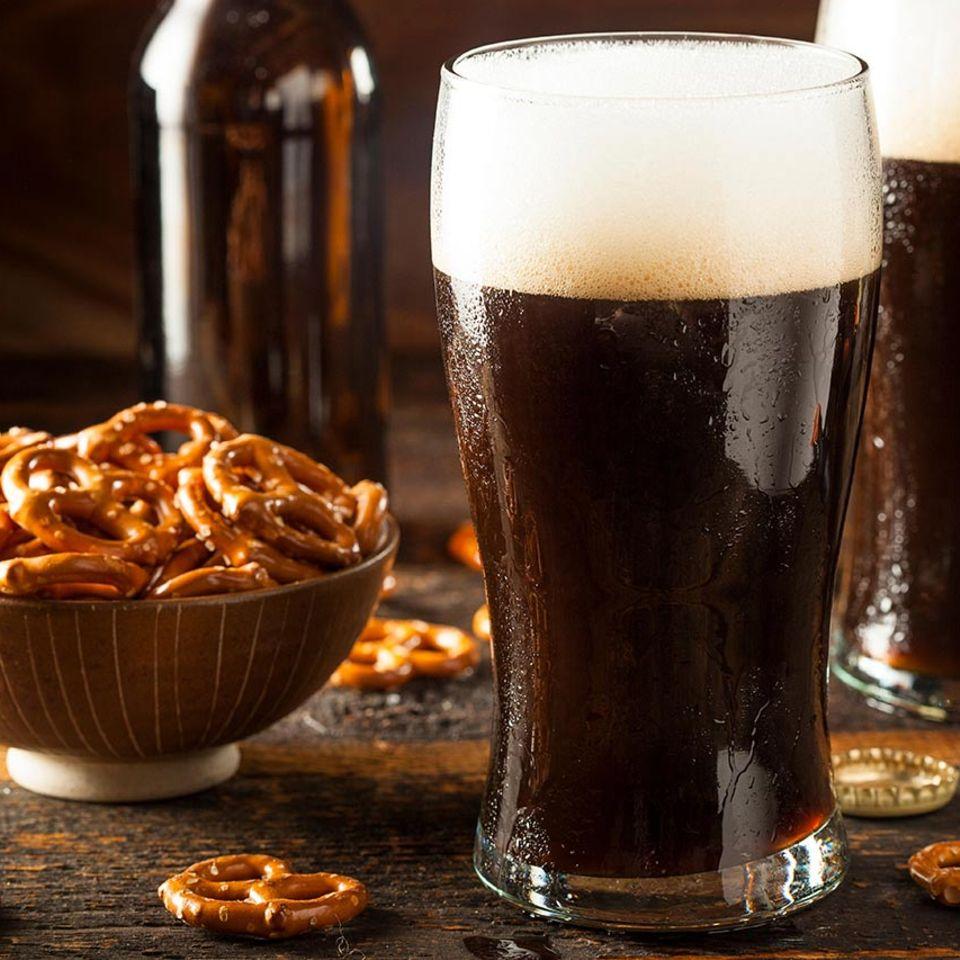 Starkbier in Glas mit Salzbrezeln