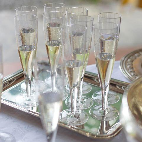 Champagner in Champagnerflöten auf silbernen Tablett
