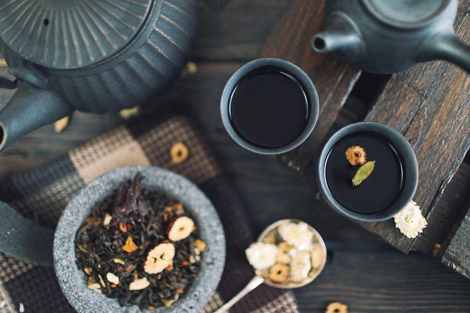 Teetassen und Teekanne