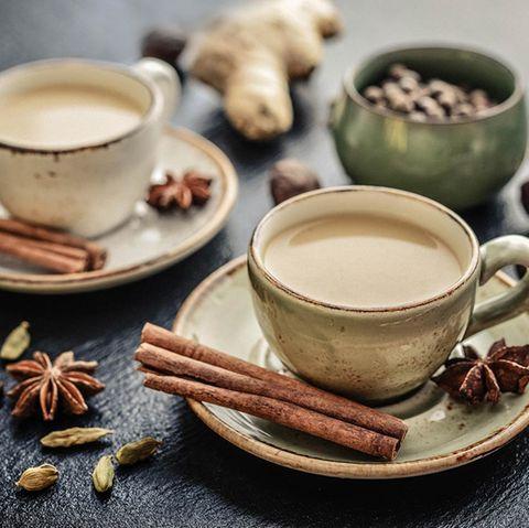 Chai Tee in Tassen mit Gewürzen