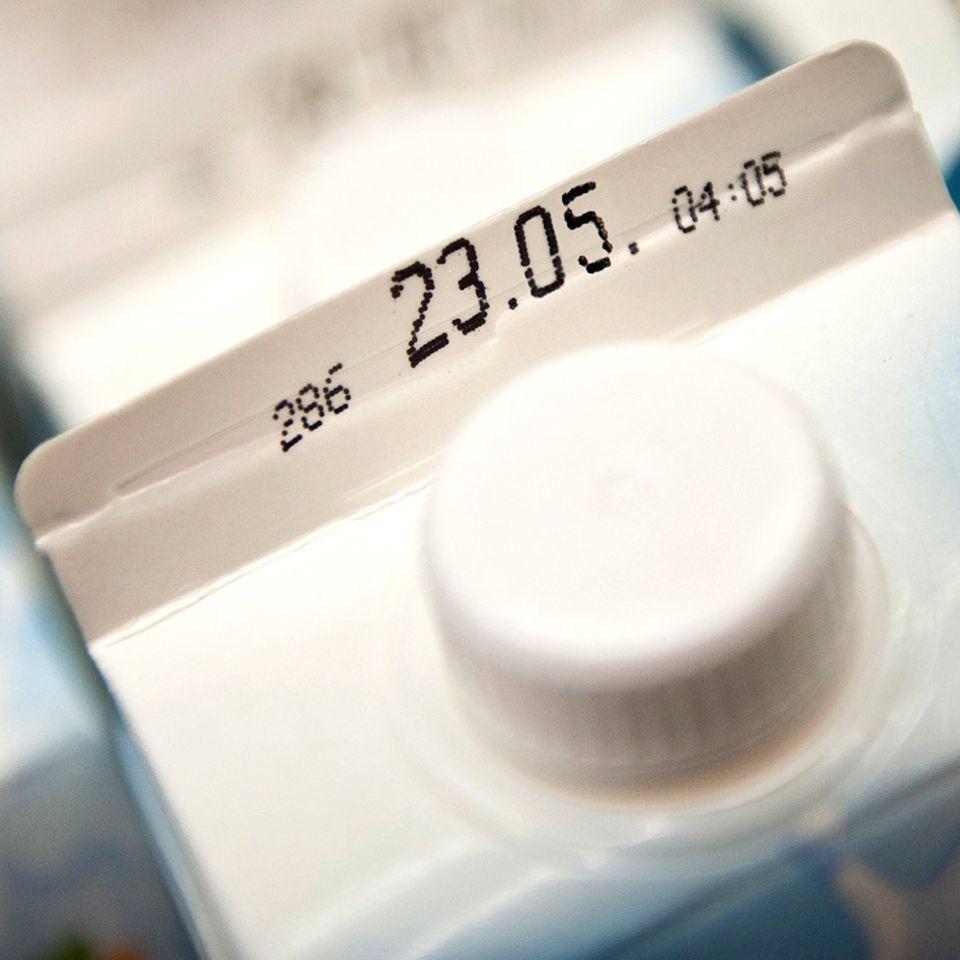 Mindesthaltbarkeitsdatum auf einer Milchpackung