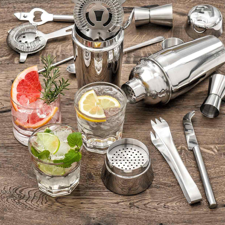 Cocktail Zubehör mit Cocktails