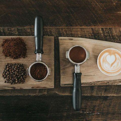 Kaffeebohnen und gemahlener Kaffee in Espressohalter