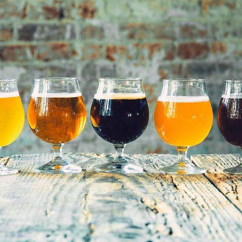 Verschiedene Biersorten in Gläsern nebeneinander