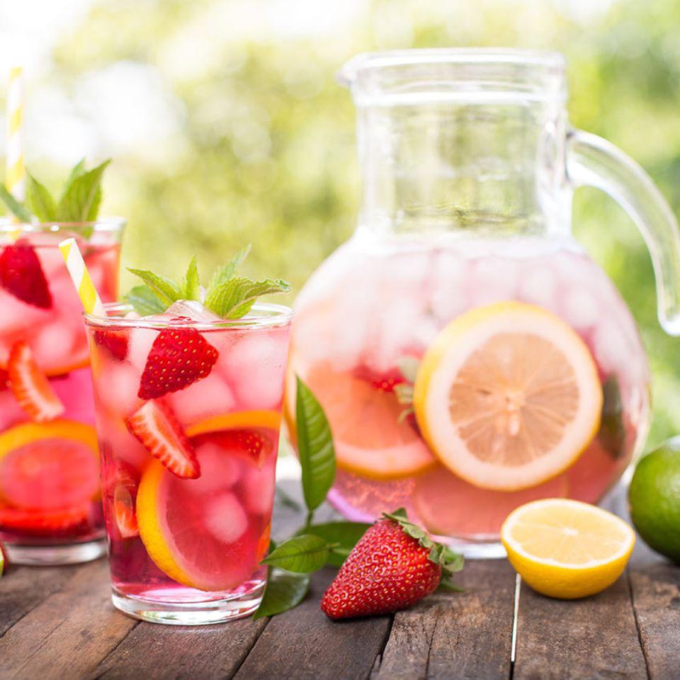 Erdbeerbowle in Krug mit Gläsern