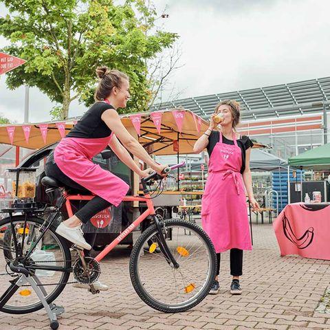 Eine Frau macht mit dem Restlos Glücklich Rad Smoothies