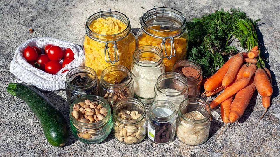 Gefüllte Gläser und Gemüse Aufbewahrung Zero Waste