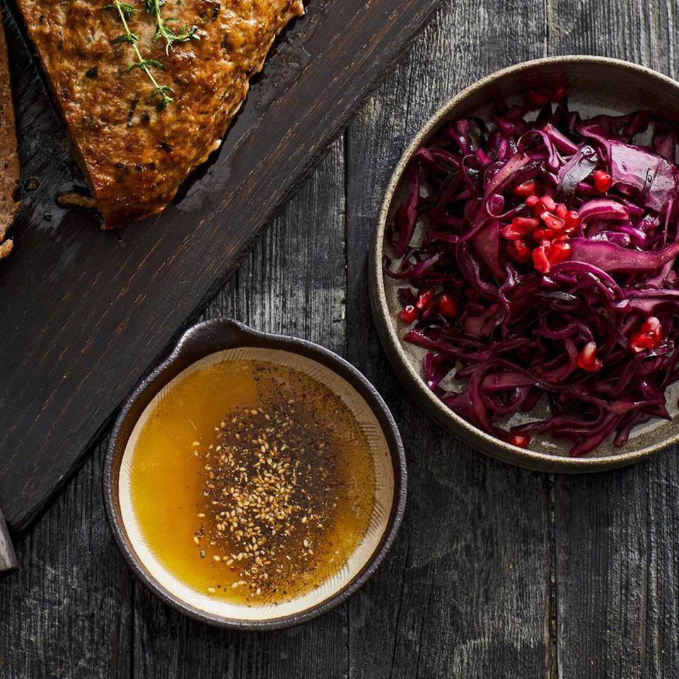 Rotkohlsalat mit Gewürzen und  Granatapfel
