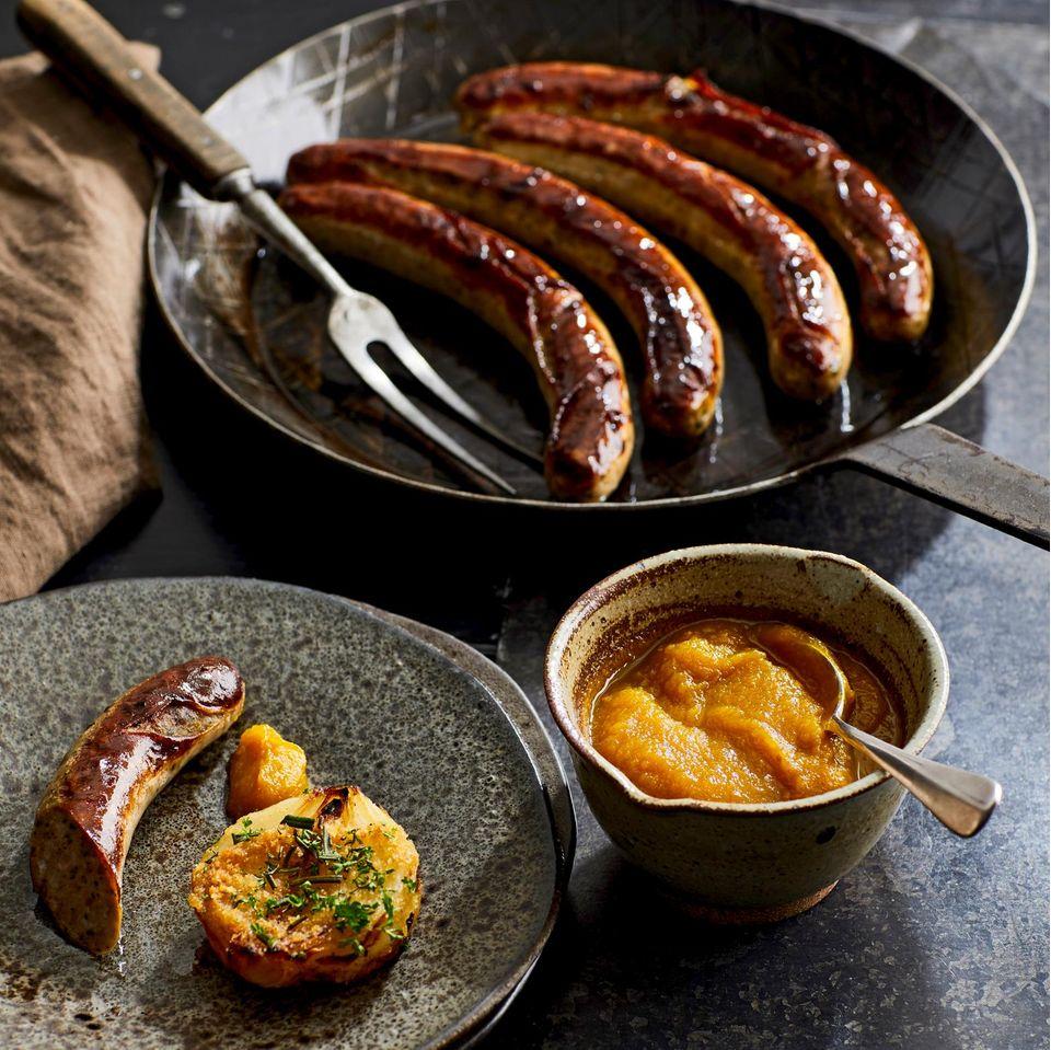 Wildschwein-Bratwürste mit Gelbe-Bete-Tomaten-Ketchup und geschmorten Zwiebeln