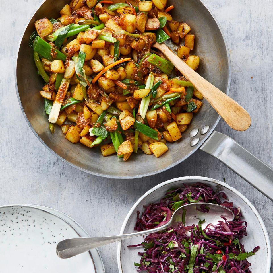 Szechuan-Bratkartoffeln mit Spitzkohlsalat