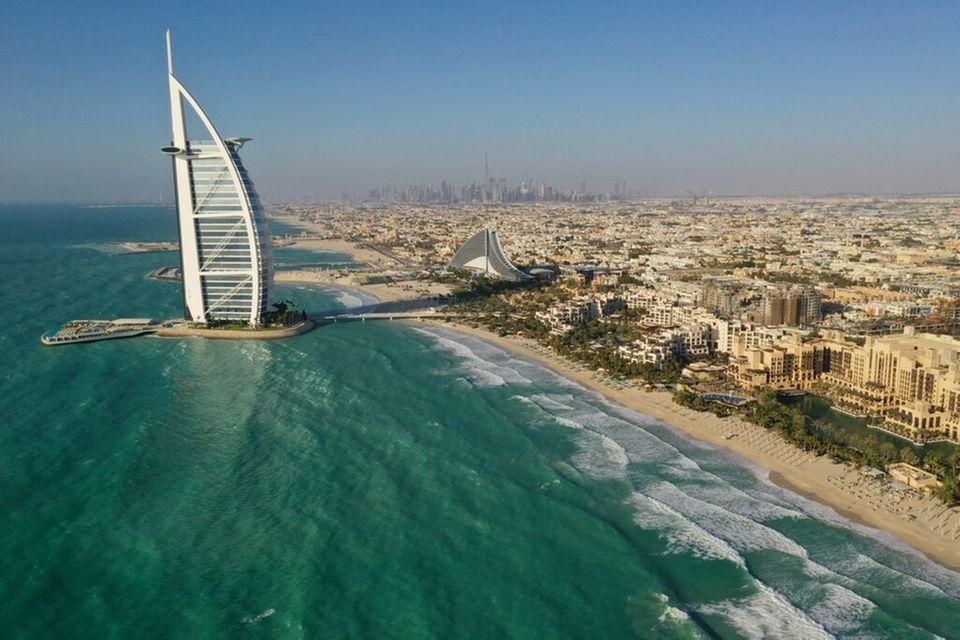 Das segelförmige Luxushotel Burj Al Arab gilt als Wahrzeichen von Dubai.