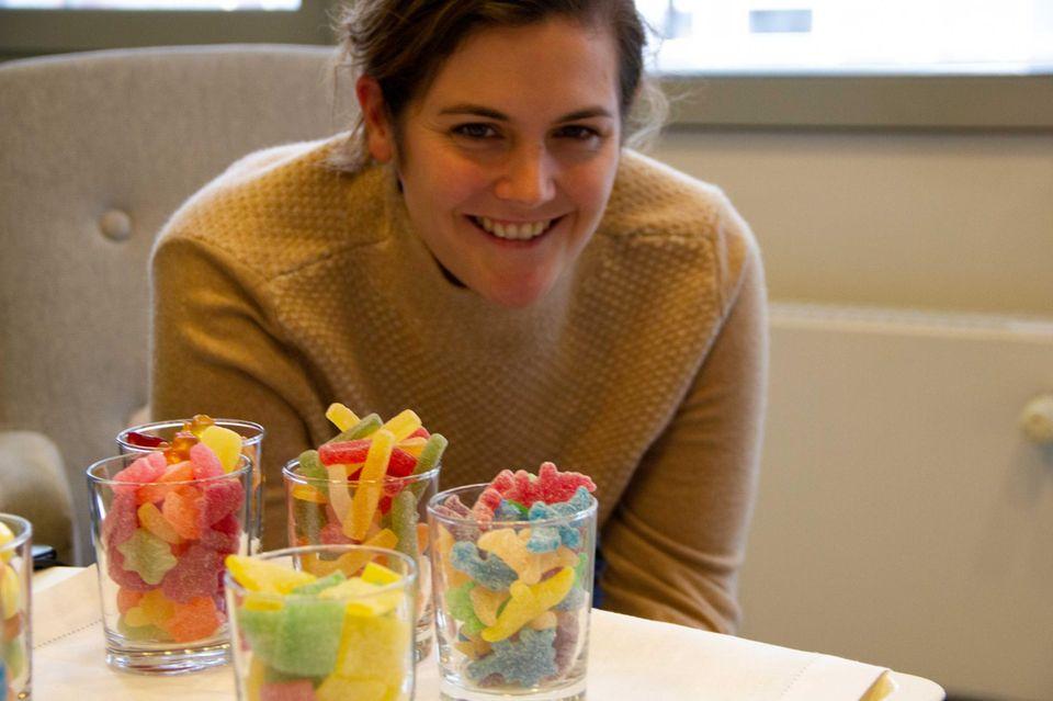 Köchin Viktoria Fuchs mit Gummibärchen
