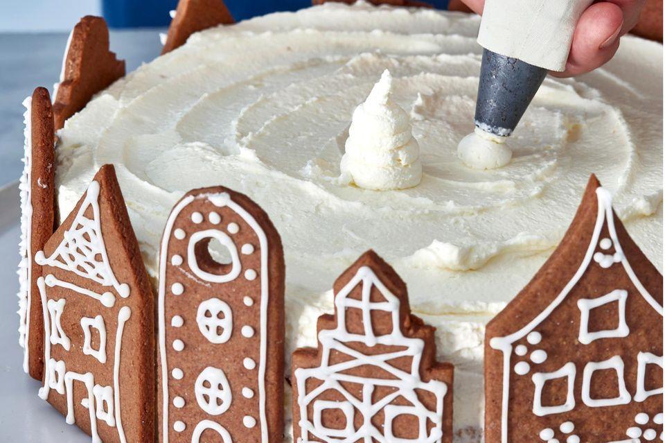 Schritt 8: Sahnetuffs auf Torte platzieren