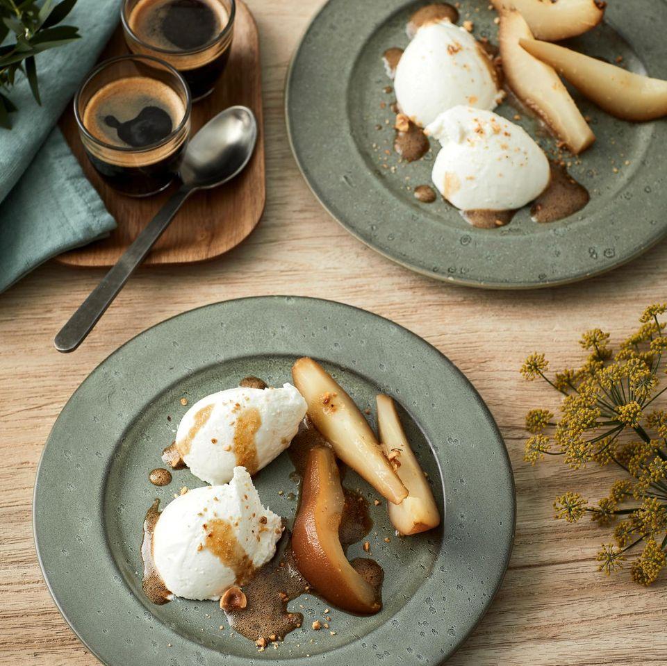 Joghurt-Mousse mit eingelegten Birnen
