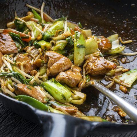 Fleisch und Gemüse in der Pfanne sautieren