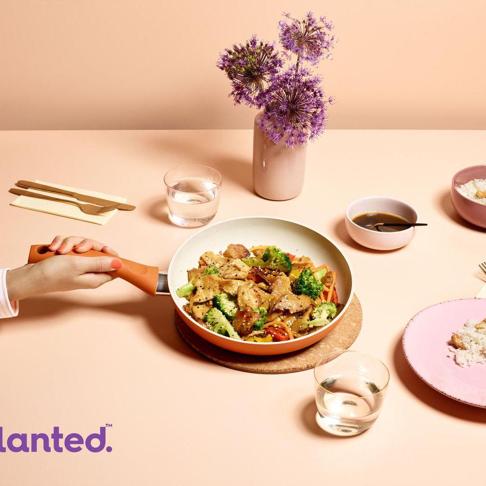 In die Pfanne, fertig, los! planted.chicken kann nach Belieben gewürzt und mit Gemüse kombiniert werden.