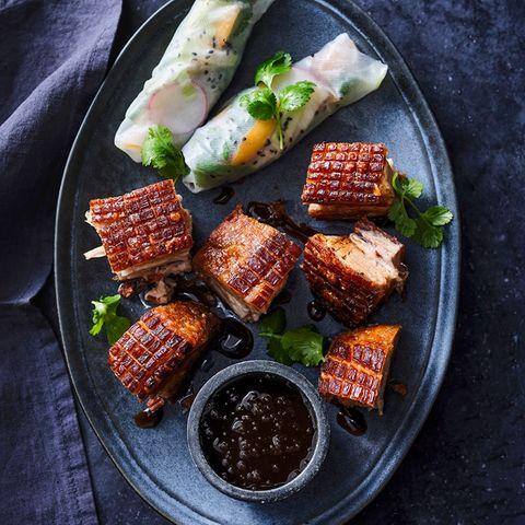 Knuspriger Schweinebauch mit Ponzu-Sauce und Reisrollen