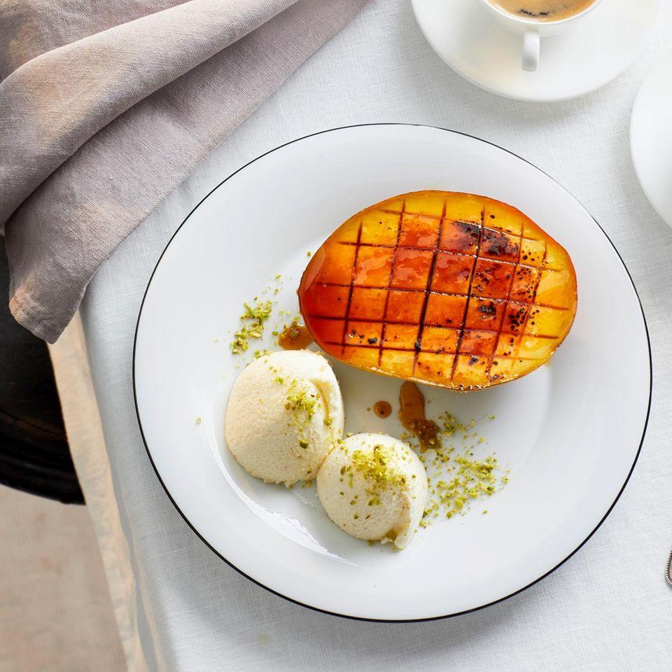 Weiße Schokoladen-Mousse mit geflämmter Mango