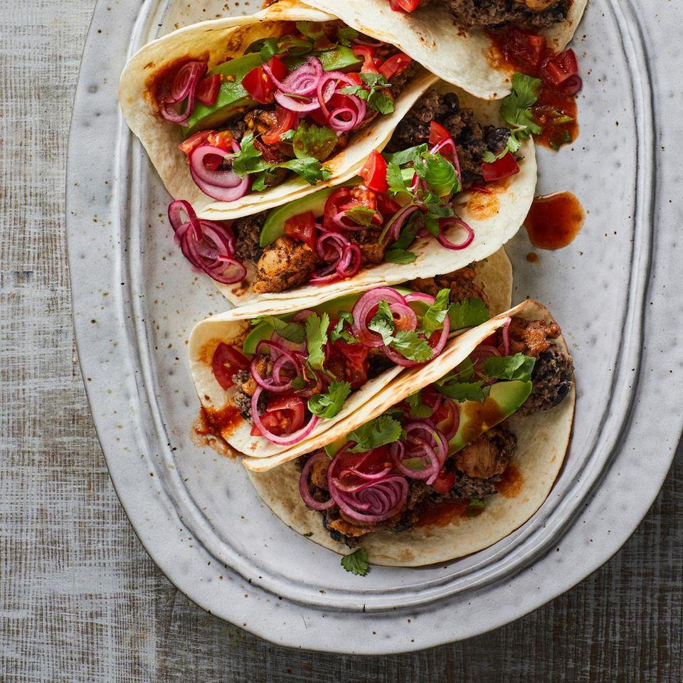 Bohnen-Tacos mit eingelegten Zwiebeln