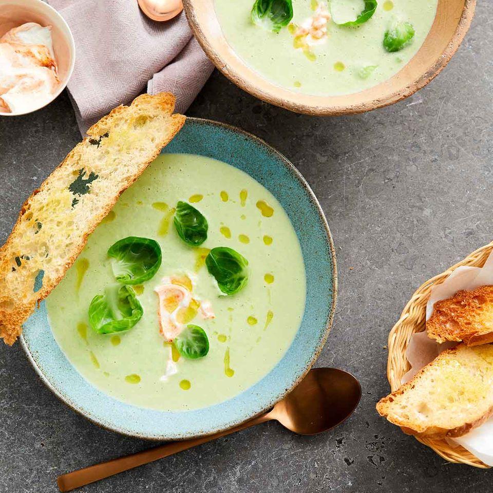 Rosenkohlsuppe mit Harissa-Joghurt