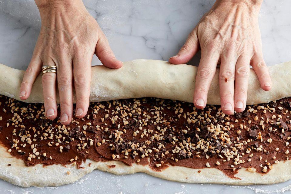 Hefeteig mit Füllung einrollen für Schokoladen-Babka