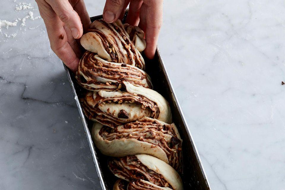 Heferollen in der Kastenform drehen für Schokoladen-Babka