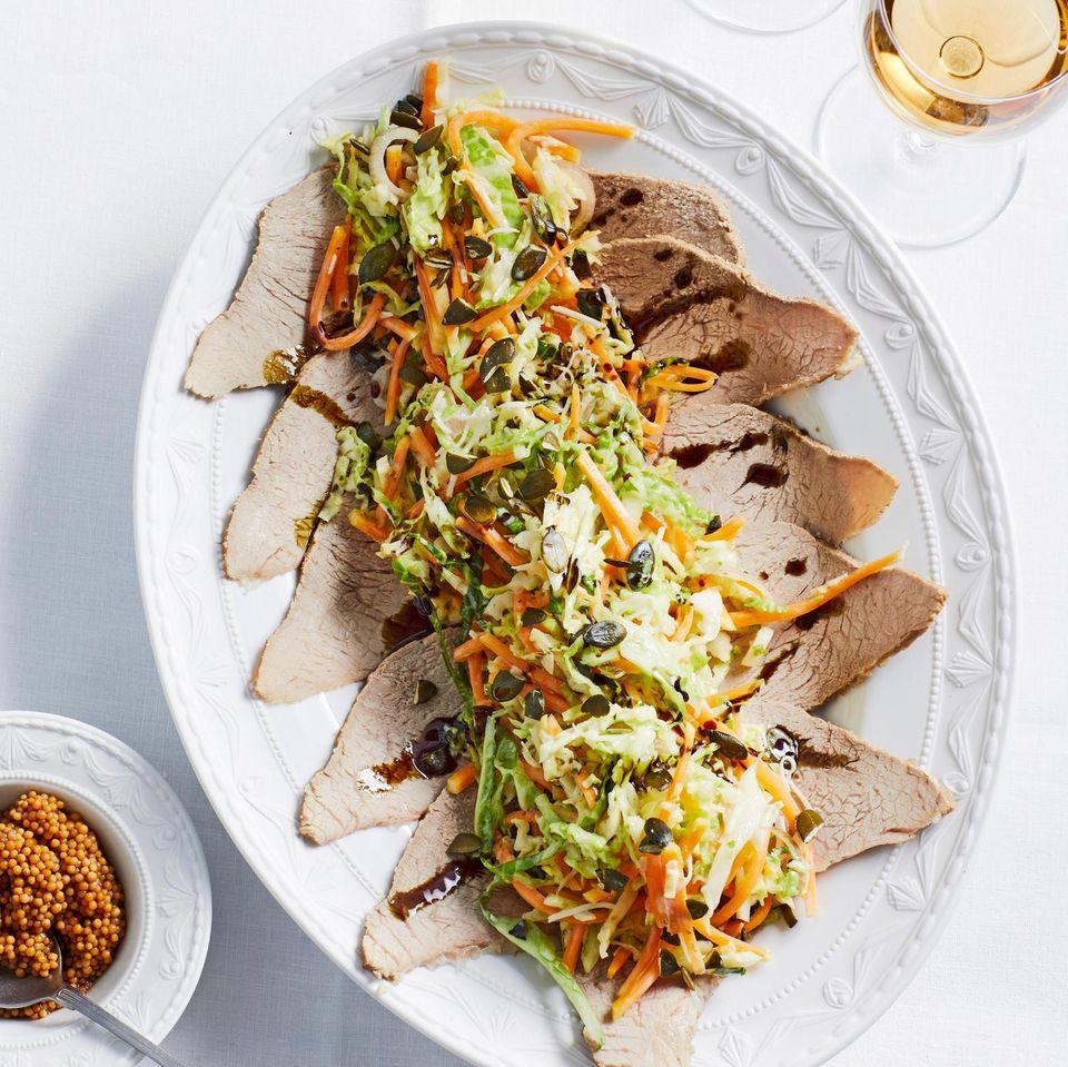 Wirsing-Butternusskürbis-Salat mit pochiertem Kalbstafelspitz