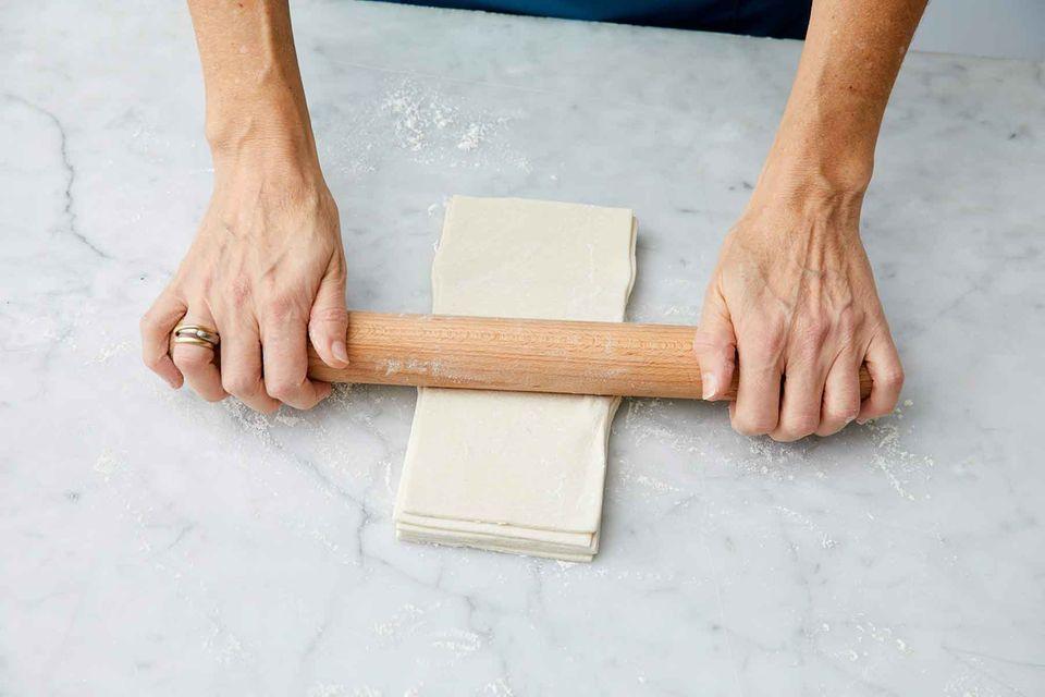 Blätterteigplatten stapeln, ausrollen und ruhen lassen