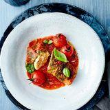 Wirsing-Rouladen mit Tomaten-Ingwer-Sauce