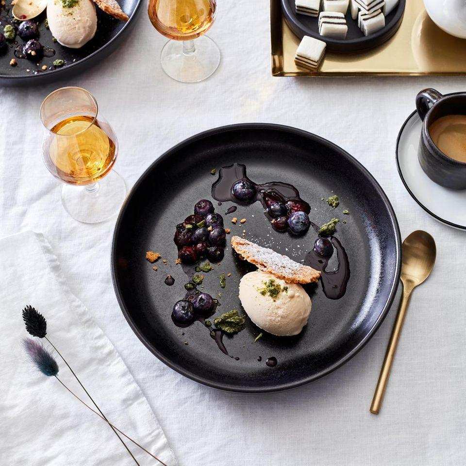 Calvados-Buttereis mit Estragon-Zucker und Blaubeerkompott