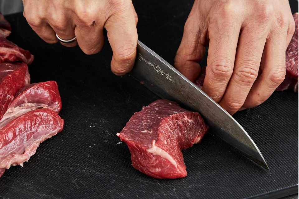 Rindfleisch in Würfel schneiden